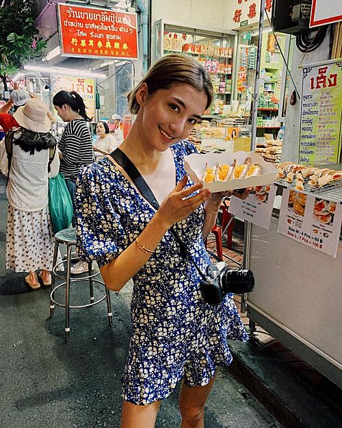 Trái ngược với những kỳ nghỉ thượng lưu khi ở bên bạn trai giàu có, đôi lúc, Ngô Thiên Ngữ cũng quay về với những trải nghiệm bình dân như dạo phố chụp ảnh và thưởng thức đồ ăn ở lề đường, chợ đêm trong chuyến du lịch Bangkok.