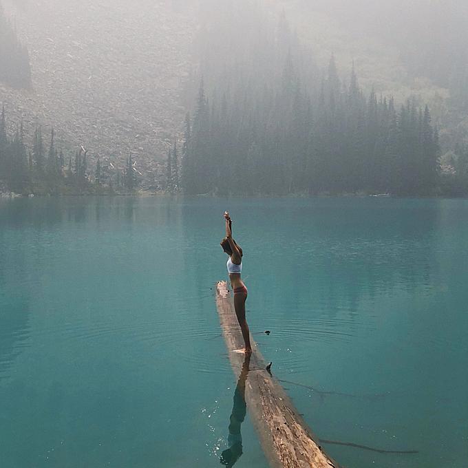 Ngoài chơi các môn mạo hiểm, bình thường, Ngô Thiên Ngữ cũng luôn thích những trải nghiệm táo bạo, ví dụ như giữa cái lạnh đóng băng ở công viên Joffre Lakes Provincial Park, người đẹp chẳng ngần ngại mặc đồ bơi để tạo dáng giữa tiết trời dưới 0 độ. Thậm chí, cô còn chụp ảnh chứng minh mình đã chạmxuống nước để cảm nhận cái lạnh.Công viên xinh đẹp này nằm ở trung tâm củahồ nước Joffre Lakes xanh biếc như pha mực, cùngthảm thực vật và động vật phong phú.