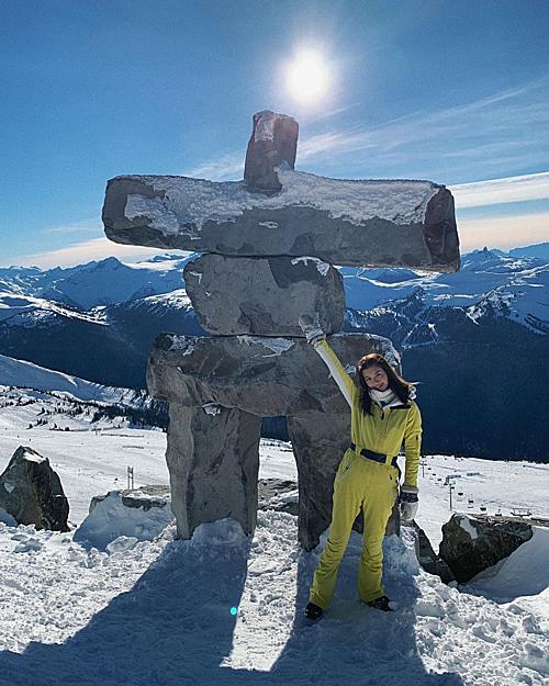 Ngoài môn thể thao yêu thích nhất là lướt ván thì tình cũ Lâm Phong còn có khả năng chơi trượt tuyết khá điêu luyện. Trong kỳ nghỉ ở Whistler, phía Bắc Vancouver (Canada), người đẹp đã có dịp trổ tài. Khi trượt tuyết, sẽ không có vấn đề gì lớn nếu chẳng may bạn ngã. Hãy đứng lên, phủi mông và đi tiếp. Tôi đang tập luyện kỹ năng eurocarve. Tuy rất khó nhưng tôi tin một ngày nào đó sẽ thành công, cô chia sẻ.