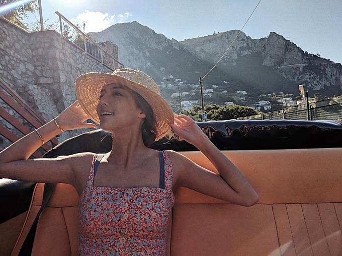 Bông hồng lai thảnh thơi ngồi trên chiếc du thuyền sang trọng ở đảo Capri -hòn đảo ở Địa Trung Hải, nằm về phía Nam vịnh Napoli, Italy. Xa xưa, nơi đây đã là một điểm nghỉ mát ưa thích của giới quý tộc. Ngô Thiên Ngữ chia sẻ: Trời vẫn khá ấm áp, nắng nhiều nên tôi sử dụng kem chống nắng với SPF 100.