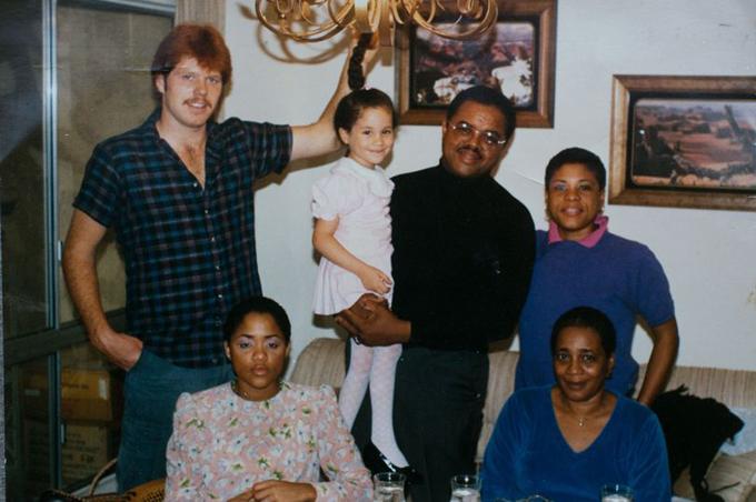 Meghan được ông ngoại Alvin Ragland bế khi còn nhỏ. Bên cạnh là bố, ông Thomas Markle và dì Sandra. Hàng dưới là mẹ của Meghan, Doria Ragland và bà ngoại của Meghan, Jeanette. Ảnh: Solo Syndication