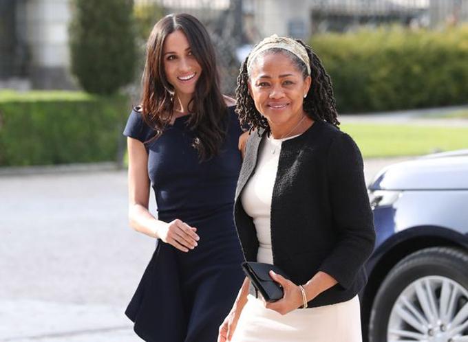 Meghan và mẹ đẻ, bà Doria Ragland, một ngày trước đám cưới với Hoàng tử Harry ở lâu đài Windsor hồi tháng 5/2018. Ảnh: PA.