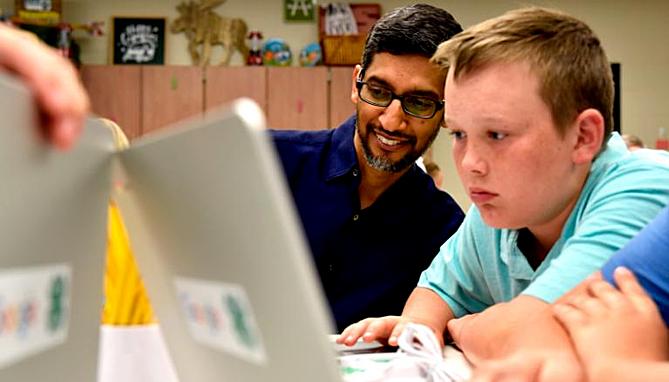 CEO Pichai trong một dự án lập trình cho học sinh tiểu học Mỹ. Ảnh:CNN.