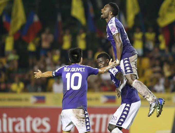 Niềm vui của cầu thủ Hà Nội khi có bàn gỡ hòa.