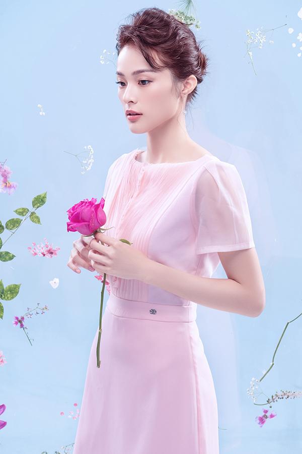 Sau một thời gian dài gần như lặn mất tăm khỏi showbiz Việt, Hạ Vi trở lại với bộ ảnh thời trang ứng dụng của thương hiệu nổi tiếng.