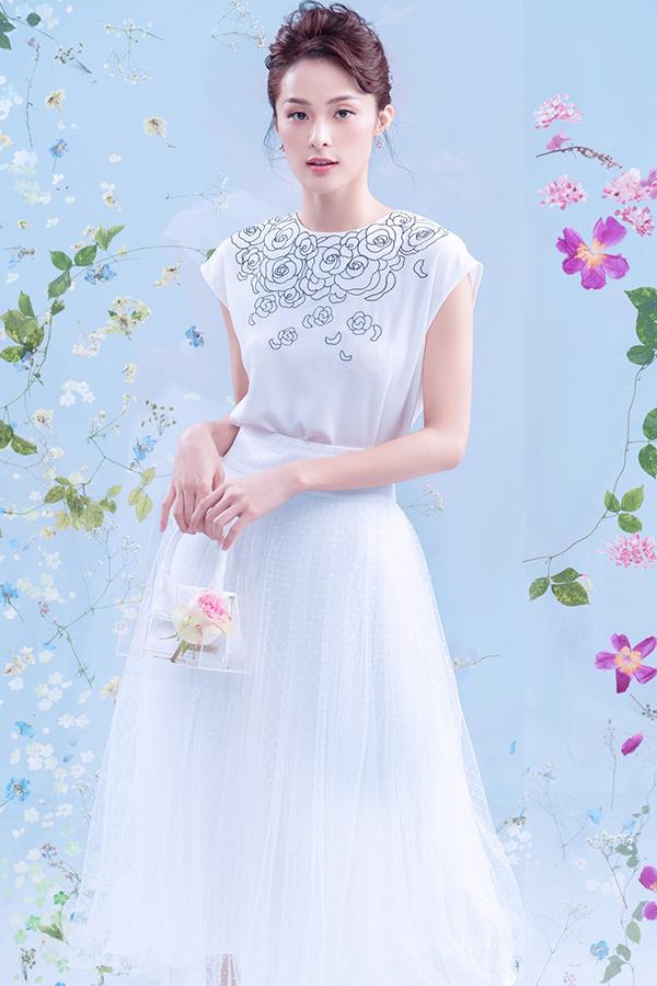 Chân váy rời cắt may trên nhiều chất liệu như vải lưới ánh kim, vải tuyn, vải ren xuyên thấu để phái đẹp tha hồ mix-match đồ đi làm.