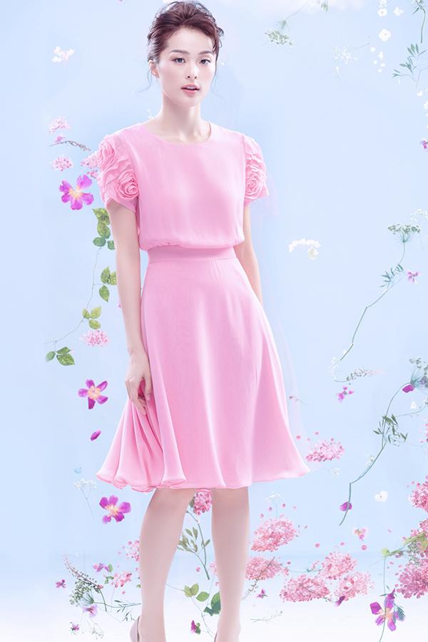 Nữ hoàng look book thời trang Việt khai thác lợi thế ở vẻ đẹp mong manh qua các mẫu váy nhẹ nhàng dành cho mùa hè 2019.