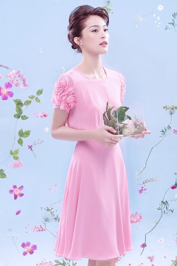 Lấy cảm hứng từ hoa hồng, các thiết kế mang tính ứng dụng cao và giúp người mặc có được nét nữ tính, ngọt ngào.