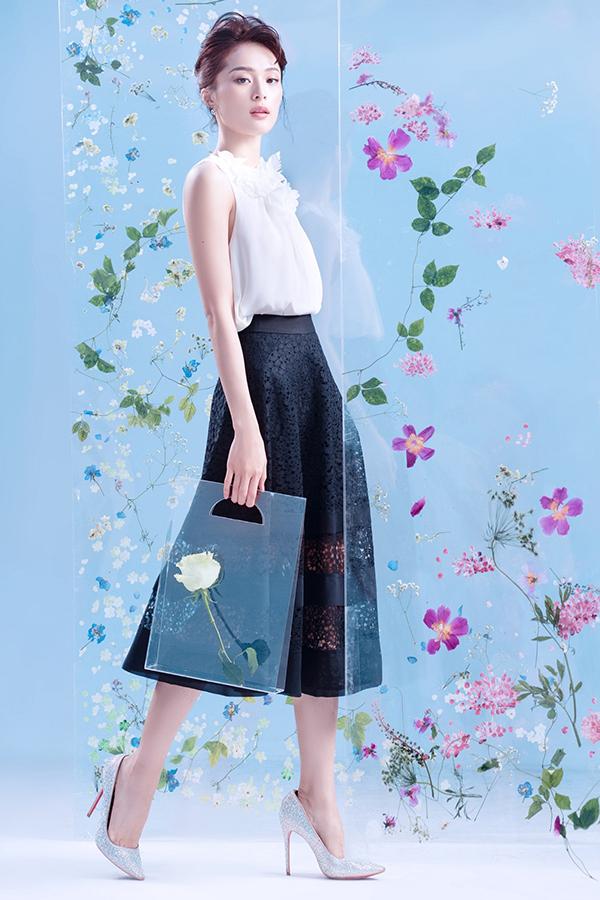 Ngoài việc lăng xê những tông màu lãng mạn và làm dịu không khí ngày hè, trang phục trắng đen vẫn được giới thiệu ở bộ sưu tập mới.