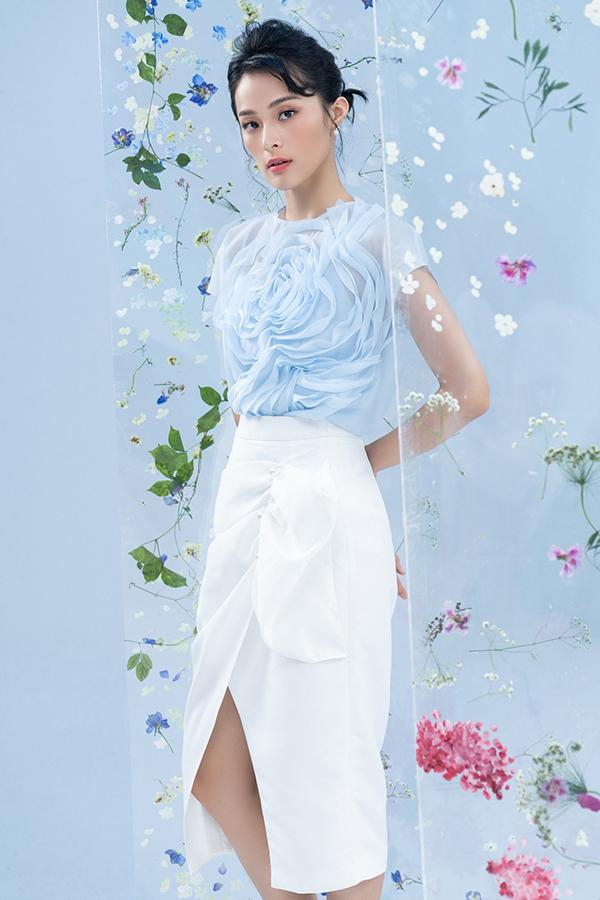 Trên nền các loại vải trong suốt, vải xuyên thấu, nhà mốt Việt đã áp dụng kỹ thuật tạo khối để mang tới nét uyển chuyển cho từng mẫu váy áo.