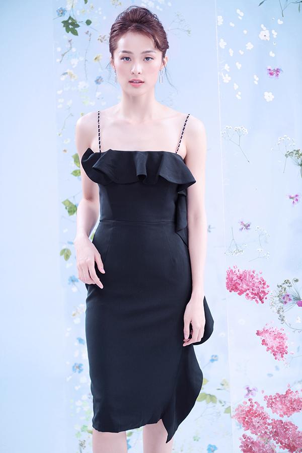 Váy đi tiệc mùa hè điệu đà và sexy hơn với các chi tiết hai dây, bèo nhún và phần eo được xiết gọn gàng.