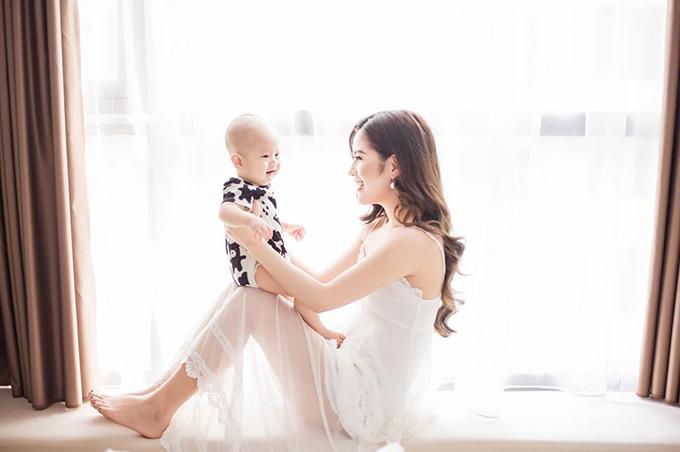 Hương Trần đăng ảnh với con trai cùng thông báo gia nhập hội bà mẹ đơn thân trên trang cá nhân.