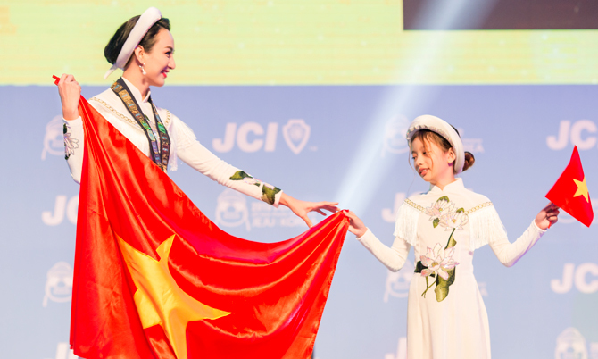Ngọc Diễm cùng con gái mang quốc kỳ sang Hàn Quốc dự sự kiện