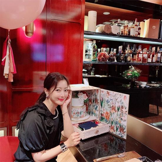 Kim Hee Sun kết hôn với một doanh nhân và có một con gái, cuộc sống hôn nhân rất hạnh phúc.