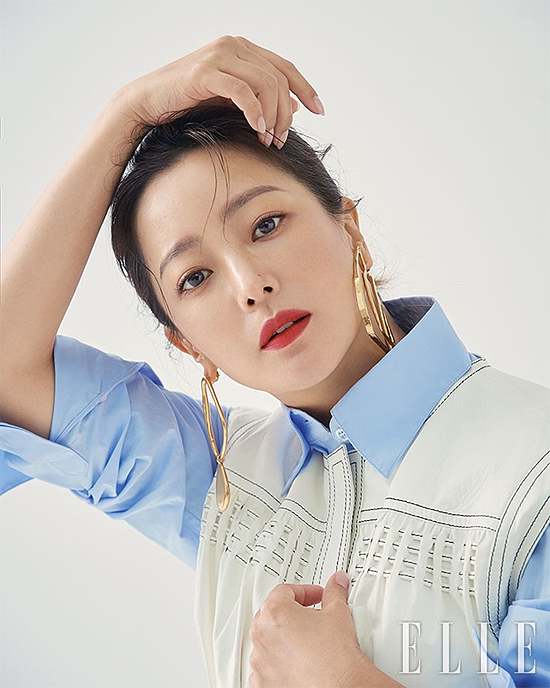 Kim Hee Sun tiết lộ, bí quyết để luôn được yêu quý trong làng giải trí chính là sự chân thật, không màu mè, không giả dối trước khán giả. Với tuổi tác như hiện tại, Kim Hee Sun cũng cho biết cô thận trọng, kỹ lưỡng hơn khi chọn kịch bản đóng phim.