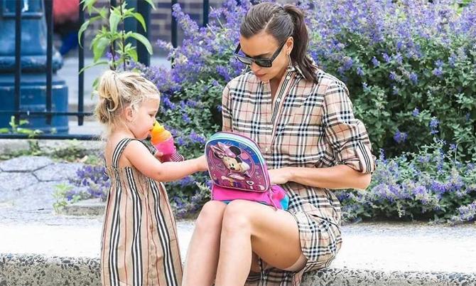 Irina Shayk và con gái mặc đồ đôi đi chơi công viên