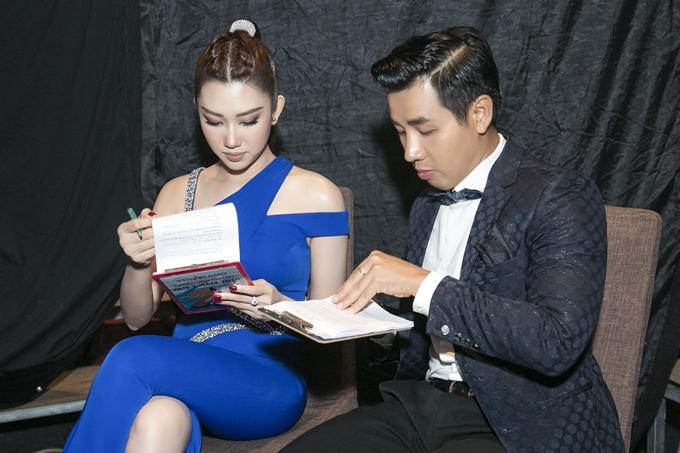 Tại sự kiện, Thúy Ngân còn đảm nhận vai trò MC cùng Nguyên Khang.