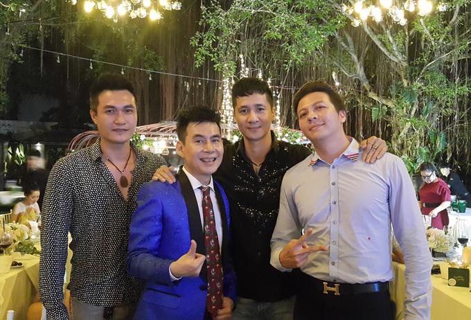 Người mẫu Quang Thịnh (ngoài cùng bên trái), Anh Tuấn (áo đen) và Dương Hoàng Anh (ngoài cùng bên phải) đều là những đồng nghiệp, anh em thân thiết trên sàn diễn một thời của Trương Nam Thành.