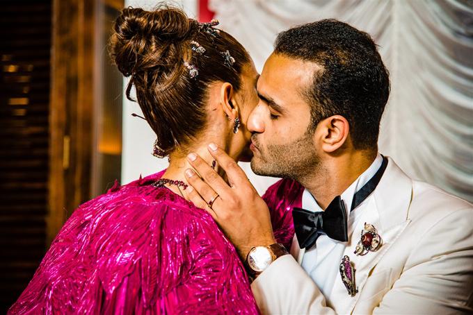 Chú rể Rushang Shah thể hiện tình yêu với vị hôn thê thông qua nụ hôn nhẹ lên má.