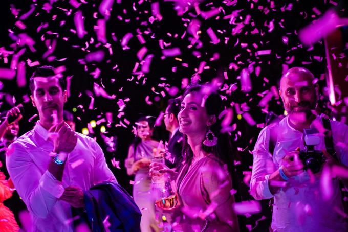Bữa tiệc đầu tiên mang chủ đề Pink Party được diễn ra vào đêm 7/3 và rạng sáng 8/3 bao phủ màu hồng tím mang đến vẻ đẹp lãng mạn, lung linh.