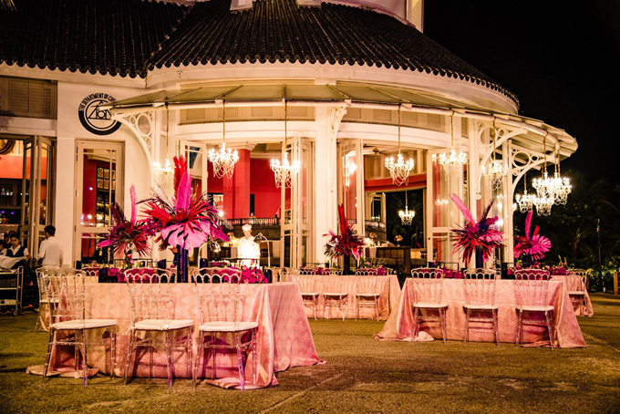 Trong khuôn khổ đám cưới sẽ còn nhiều bữa tiệc được trang trí lộng lẫy, ấn tượng. Các loài hoa được sử dụng để tô điểm không gian gồm: hoa hồng, cẩm tú cầu, lan hồ điệp, cát tường và hải đường. Các loại hoa này là biểu tượng cho tình yêu, sự hạnh phúc, niềm may mắn và mang đến vẻ đẹp sang trọng.