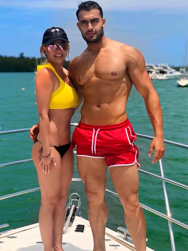 Britney Spears gần đây khoe ảnh đi chơi biển cùng phi công trẻ Sam Asghari. Người hâm mộ không khỏi xuýt xoa trước thân hình đẹp như tạc tượng của anh chàng gốc Ảrập 25 tuổi này.