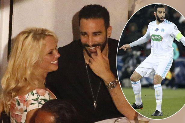 Ở tuổi 51, bom sex Pamela Anderson vẫn khiến chàng cầu thủ kém 18 tuổi người Pháp Adil Rami say như điếu đổ.