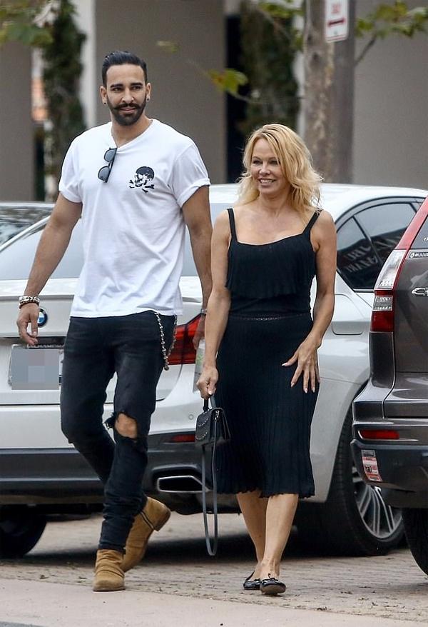 Nữ diễn viên Mỹ và trung vệ 33 tuổi hẹn hò từ năm 2017 sau khi gặp nhau tại giải Monaco Grand Prix. Mối quan hệ của họ từng vấp phải sự phản đối của nhiều người hâm mộ, tuy nhiên cặp sao vẫn mặn nồng bên nhau, dẹp bỏ mọi thị phi. Gần đây Pamela Anderson còn quyết định chuyển đến Pháp định cư để được ở gần người tình trẻ.