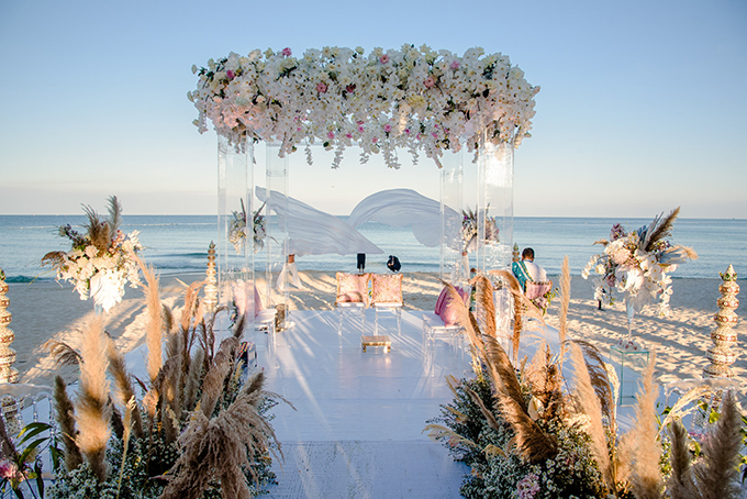 Sân khấu chính của không gian tiệc được bố trí ngay trước bãi biển bãi Khem mang đến vẻ đẹp êm đềm, thơ mộng.