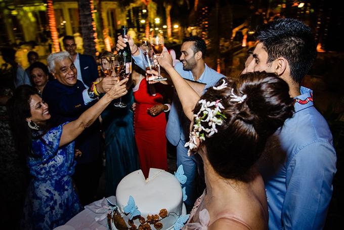 Trong không khí hân hoan, khách mời không quên nâng ly chúc mừng hạnh phúc ngọt ngào, bền chặt của cặp tỷ phú. Biển bãi Khem về đêm tràn ngập âm thanh vui tươi của điệu nhạc và những tiếng cười giòn giã.
