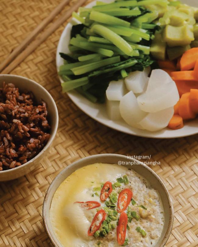 Nguyên tắc chính của Eat Clean là ưu tiên thực phẩm nguyên cám, hạn chế tối đa đồ chế biến sẵn, thực phẩm đóng hộp.
