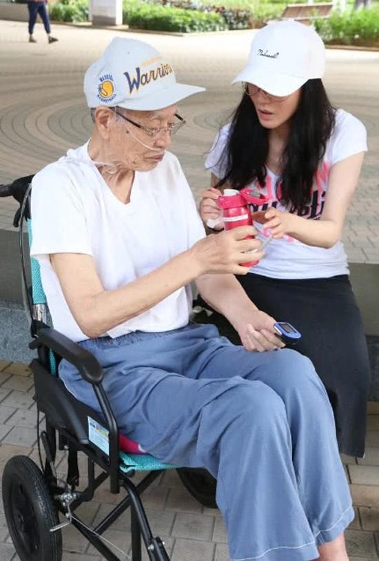 Khang Hoa chăm bố thuần thục như một người y tá. Cô năm nay 47 tuổi, gương mặt, vóc dáng vẫn rất đẹp và có nhiều người đàn ông theo đuổi. Tuy nhiên, Khang Hoa cho biết cô không muốn kết hôn mà muốn ở bên, chăm sóc bố mẹ già.