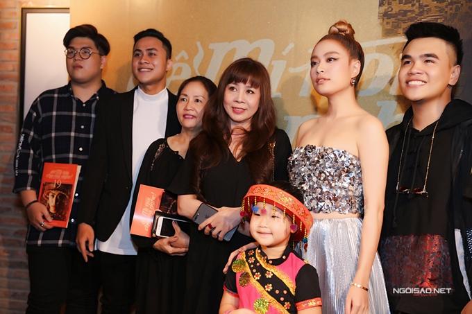 Hoàng Thùy Linh chụp ảnh kỷ niệm cùng êkíp.