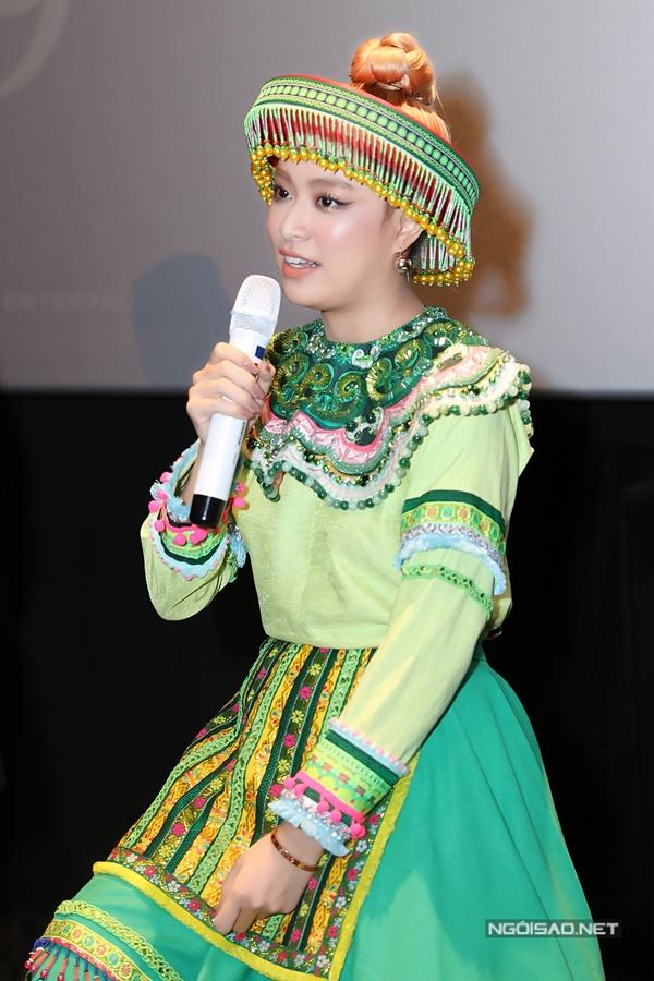 Tại sự kiện, Hoàng Thùy Linh còn thay trang phục, hóa thân thành cô gái Tây Bắc. MV Để Mị nói cho mà nghe sẽ đánh dấu chuỗi dự án âm nhạc mới của Hoàng Thùy Linh từ nay đến hết năm 2020.