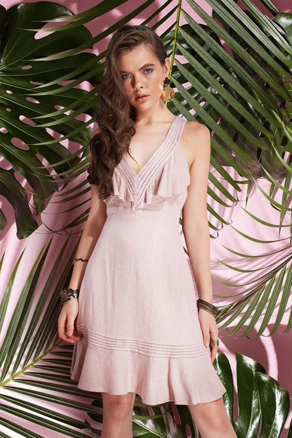 Hòa cùng trào lưu sử dụng các chất liệu thân thiện với môi trường trong quá trình sản xuất trang phục, nhà thiết kế Jenny Kim cũng chọn vải linen, đũi, vải thô vào bộ sưu tập mới.