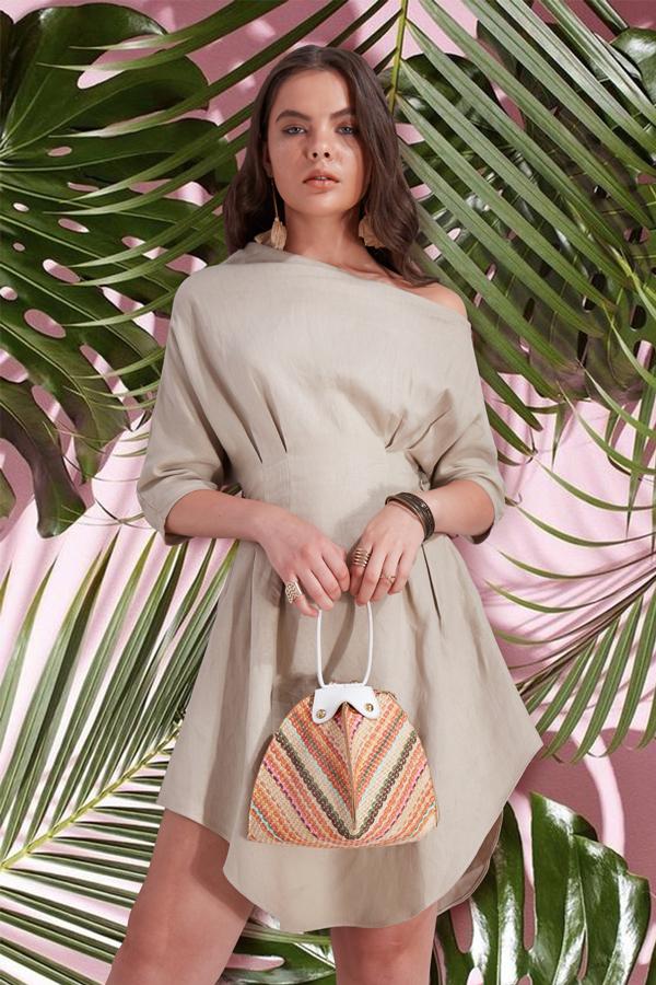 Vải linen thoáng mát ngày hè được đưa vào nhiều kiểu dáng trang phục mang tính ứng dụng cao. Từ các kiểu váy xiết eo, suit thanh lịch cho đến các mẫu short trẻ trung.