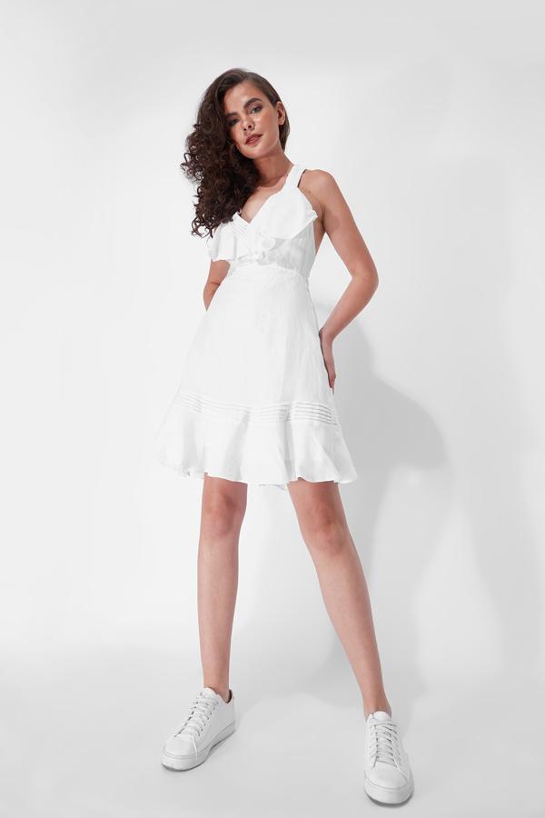Váy áo cho mùa hè không quá cầu kỳ về kiểu dáng, song những chi tiết nhỏ như bèo nhún, viền xếp, xé vải tua rua đều được bố trí khéo léo.