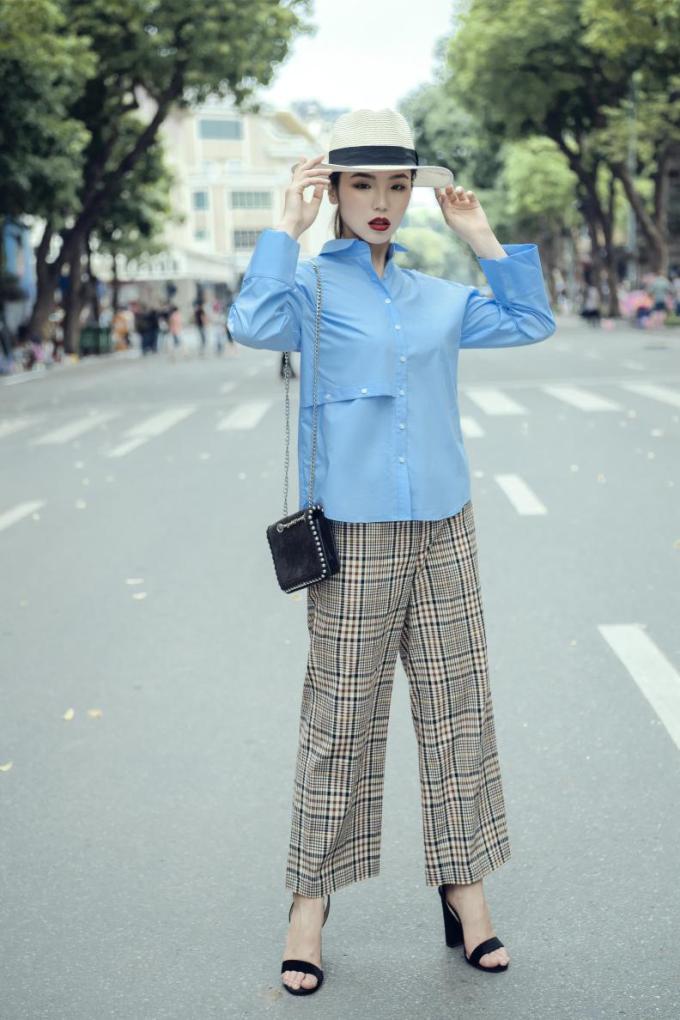 Một chút phá cách cùng chiếc áo sơ mi nẹp ngang xanh được cắt xẻ táo bạo ở phần eo. Chất liệu modal thoáng mát, kiểu dáng hiện đại phù hợp nhiều hoàn cảnh, dù đi làm hay đi chơi vẫn giúp các cô gái tự tin tỏa sáng.