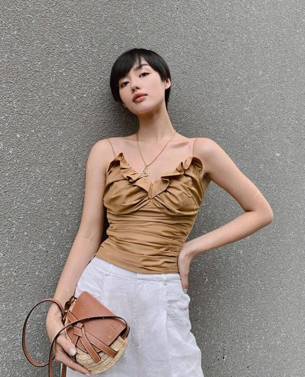 Những cô nàng có vóc dáng mảnh dẻ có thể tham khảo cách diện áo hai dây tạo khối bèo nhún, nếp gấp như Khánh Linh. Chính kỹ thuật cắt may sẽ giúp các nàng gầy che khuyết điểm.