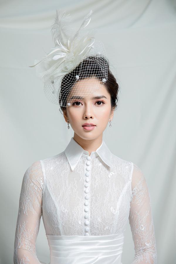 Để hoàn thiện hình ảnh thanh lịch, cô thử nghiệm với những thiết kế lấy cảm hứng từ hoàng gia châu Âu như mũ đội đầu, váy sơ mi có cổ...