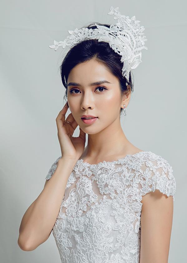 Nữ diễn viên Nếu còn có ngày maichọn châm cài đắp ren đồng điệu với chất liệu của bộ váy trắng.