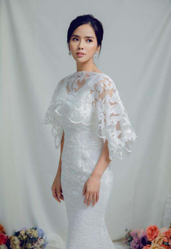Mặc áo cape mỏng bên ngoài là giải pháp mà Bella Mai sử dụng để đảm bảo sự thanh lịch cho những chiếc váy hai dây bó sát.