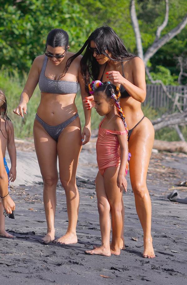 Chị gái Kourtney Kardashian của Kim cũng sở hữu body gợi cảm dù ở tuổi 40 và có ba con.