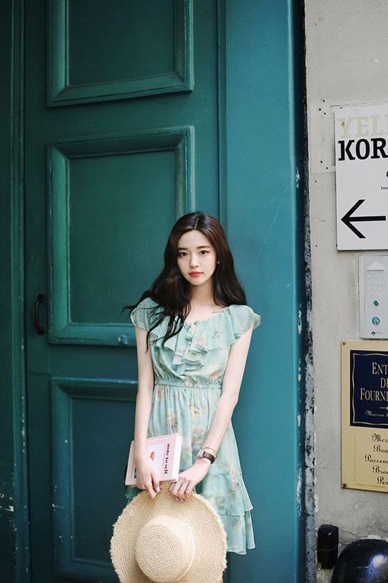 Màu pastel hoà trộn cùng sắc hoa mùa hạ tạo nên bức tranh dung dị và đề cao vẻ đẹp thanh lịch cho các mẫu váy mùa hè.