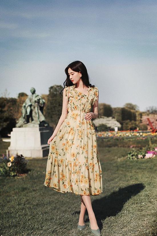 Phối hợp cùng các mẫu đầm vintage là túi đeo chéo, giày búp bế, giầy đế bệt ảnh hưởng từ phong cách cổ điển.