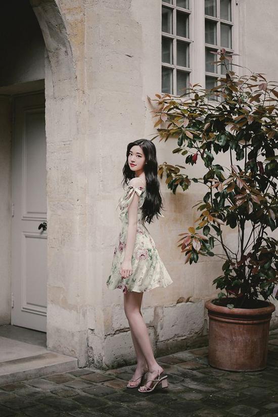 Những kiểu váy ngắn được chăm chút về phần tùng váy xoè nhẹ và điểm xiết eo tinh tế tôn dáng cho phái đẹp.
