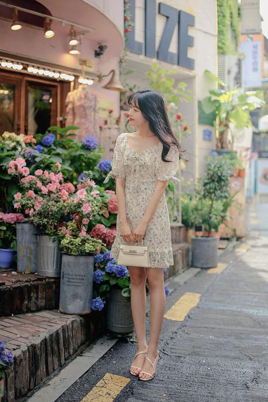 Những cánh hoa li ti, khóm hoa nhỏ xinh, gam màu thanh nhã trên vải ren được phối hợp hài hoà cùng nhiều dáng váy liền thân.