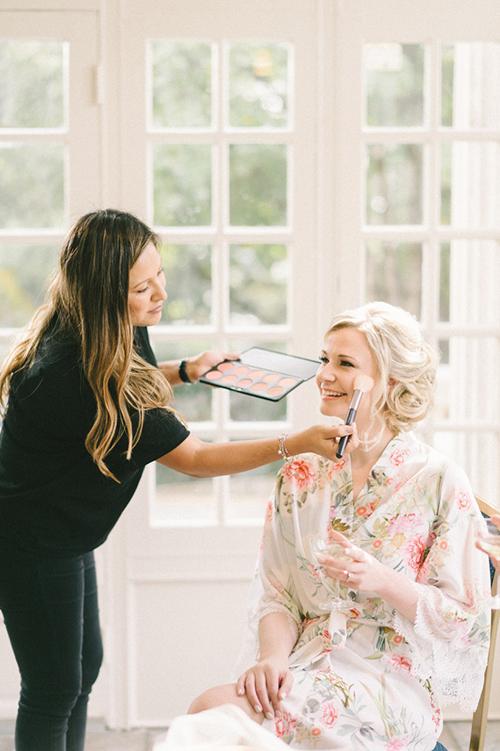 Cách để lớp trang điểm cô dâu lâu trôi dưới nắng hè