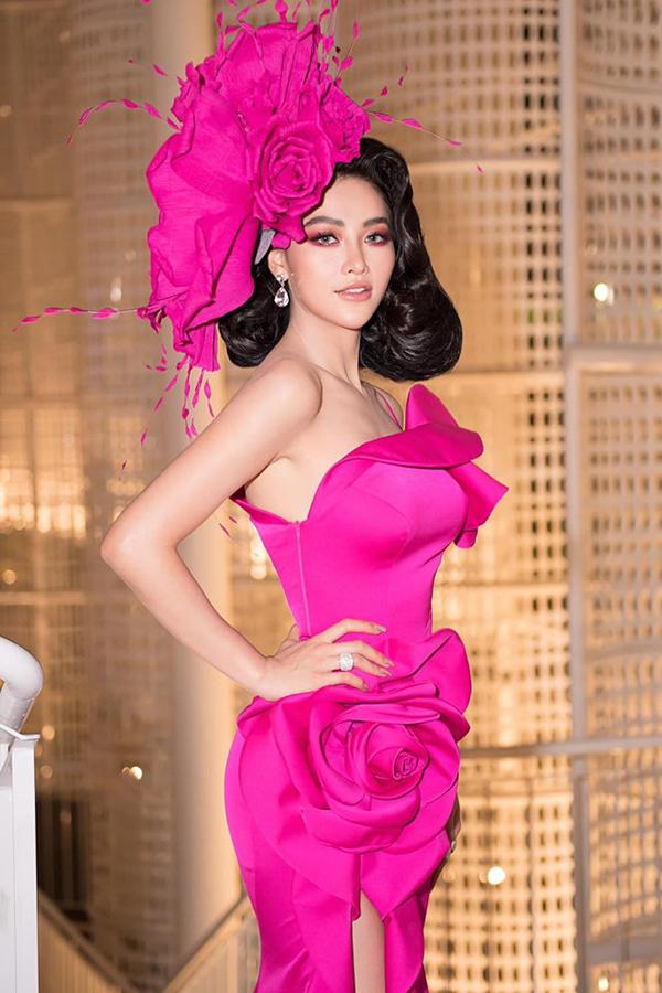 Chiếc váy ngay khi xuất hiện đã gây ấn tượng mạnh mẽ bởi màu hồng neon thời thượng cùng tổng thể lạ mắt.