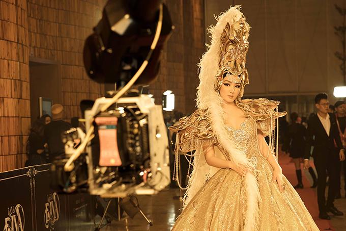Giáng My thu hút sự chú ý của dàn khách mời bởi bộ cảnh công phu từ cách tạo khối tùng váy cho đến mũ đội đầu.